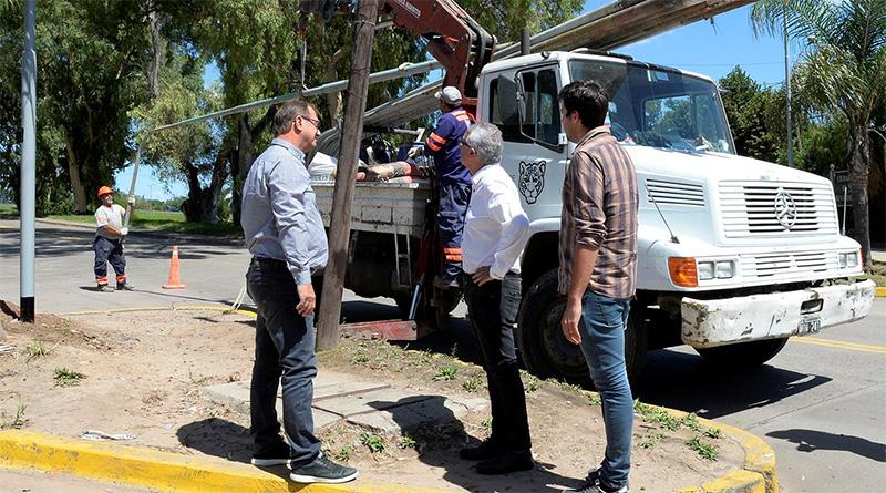 Inversión municipal: Julio Zamora supervisó la instalación de nuevas luminarias en Benavídez