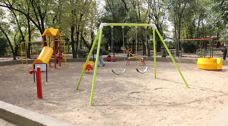 Los chicos disfrutan de los nuevos juegos en Parque Arenaza
