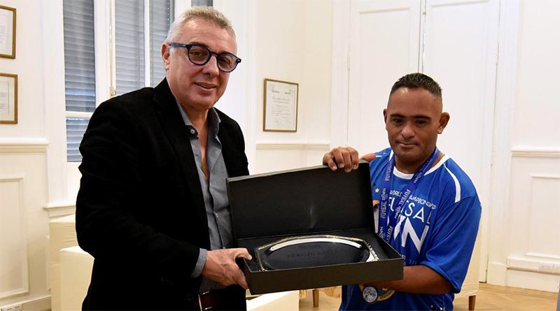 Julio Zamora distinguió al vecino Sergio Salto por el subcampeonato en el Mundial de Futsal Down