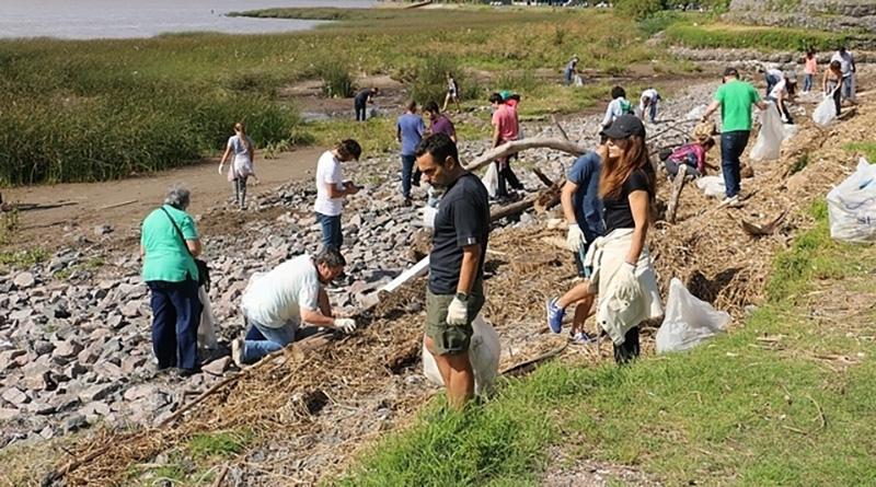 Sigue la campaña para limpiar la costa del río con los vecinos