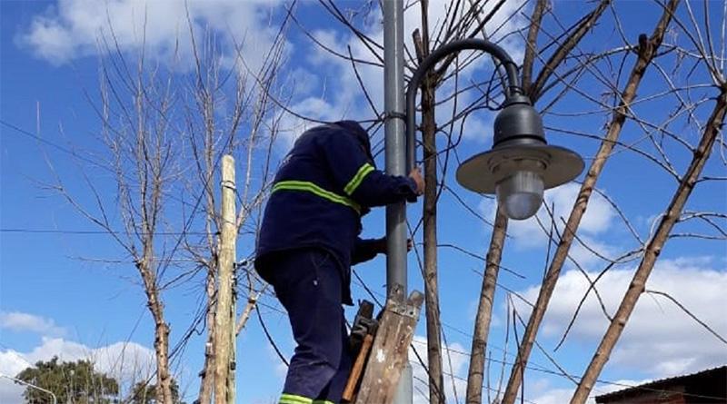El Municipio coloca más luminarias en distintos puntos de la localidad
