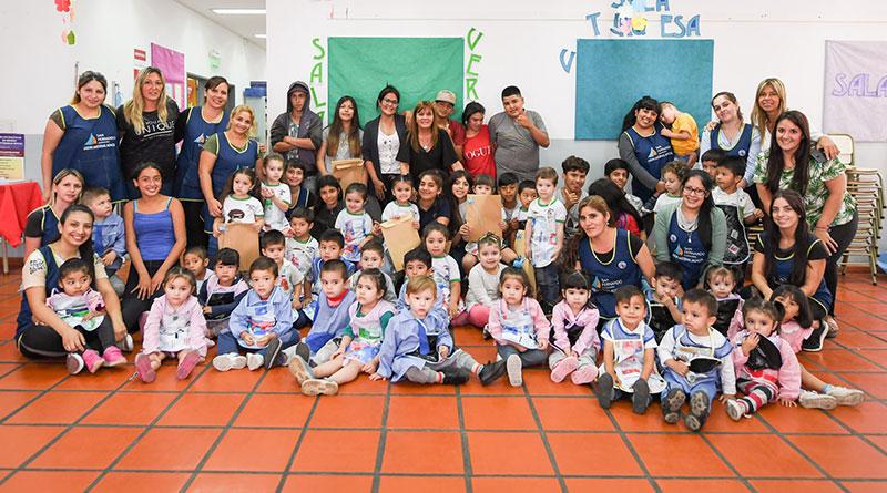 Los chicos del Sumate hicieron pintorcitos reciclados para los niños de los Jardines Maternales Municipales