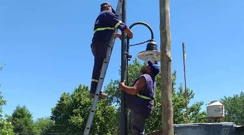 Con fondos propios, el Municipio instala luminarias de vereda en Benavídez