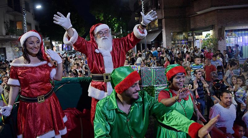 Cientos de familias participaron del último Desfile de Navidad en Victoria