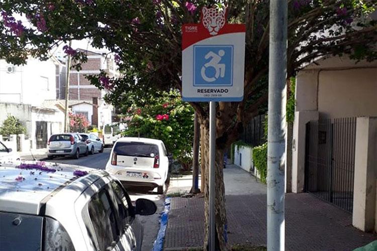 En el centro de Tigre, el Municipio refuerza la vía pública con carteles indicativos