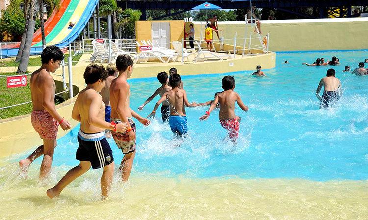 Niños y niñas de los polideportivos de Tigre visitaron un parque acuático