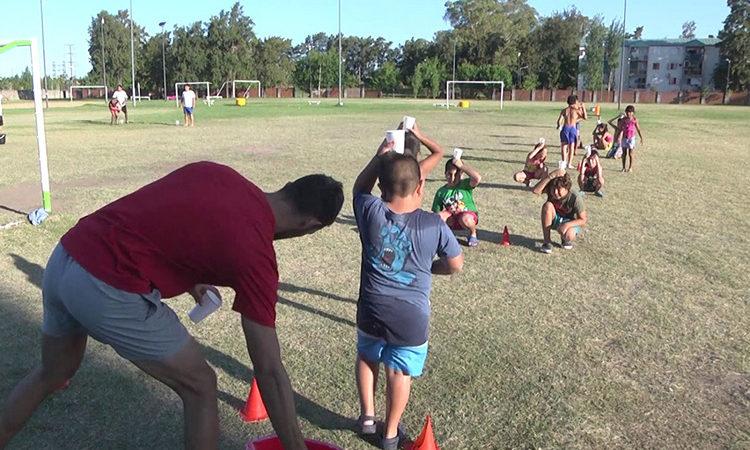 Cientos de alumnos de la Escuela Municipal de Tenis disfrutaron de juegos de verano en San Fernando