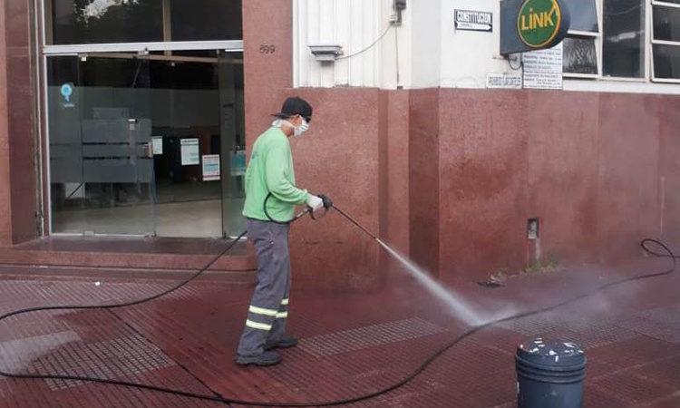 El Municipio lava y desinfecta veredas en los centros comerciales de San Fernando