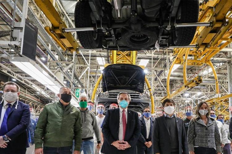 Alberto Fernández junto a Kicillof y Zamora recorrieron la planta de Volkswagen tras la reanudación de sus actividades