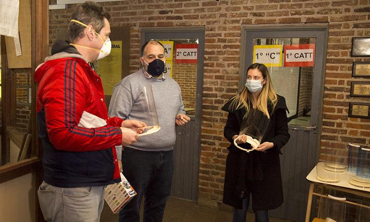 Docentes donan máscaras para COVID-19 al personal de salud