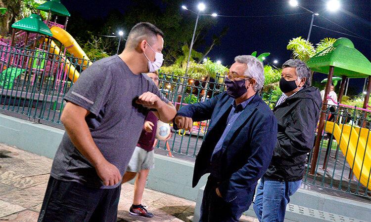 Julio Zamora verificó el funcionamiento de la nueva iluminación de la Plaza Mariano Moreno de La Paloma