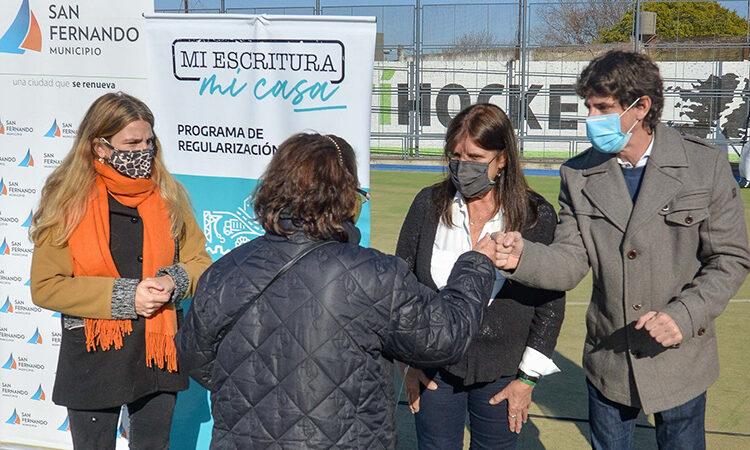 Juan Andreotti y Teresa García entregaron escrituras de viviendas a 118 familias sanfernandinas