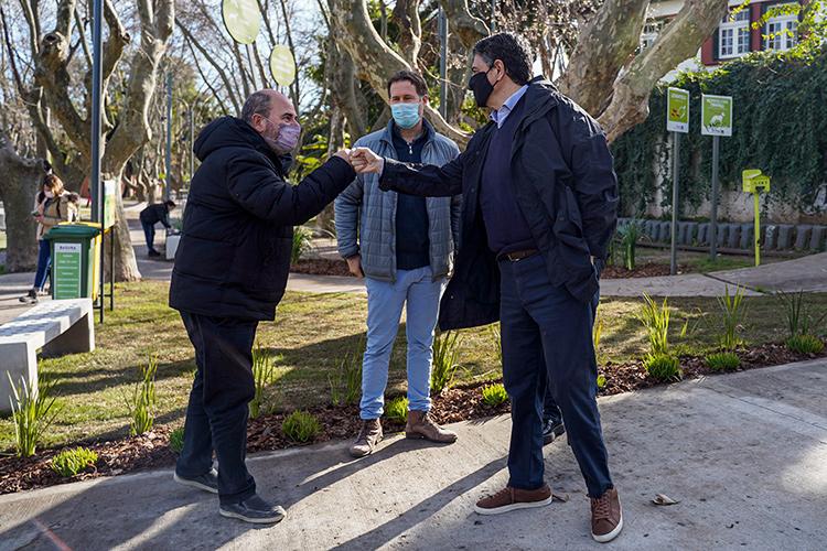 Jorge Macri junto a vecinos en la renovada plaza de Florida