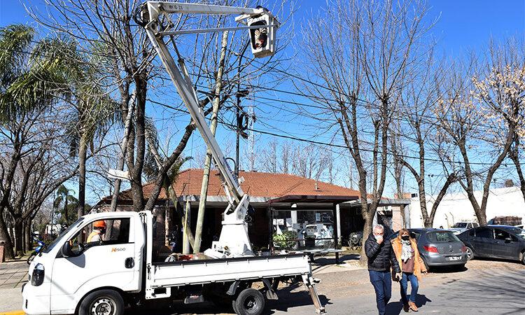 Julio Zamora supervisó la instalación de nuevas luminarias en el barrio Almirante Brown de El Talar