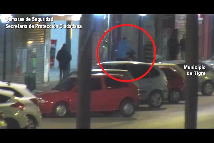 Las cámaras los registraron huyendo con una moto robada y el COT los detuvo